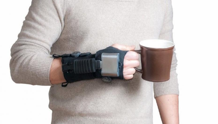 Перчатка, помогающая при треморе рук