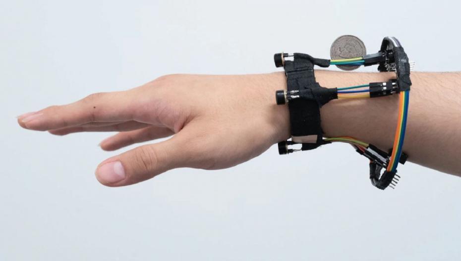 Носимое устройство, отслеживающее движение рук человека в 3D-пространстве