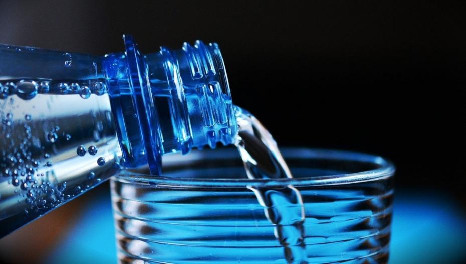 Крышка для бутылки, которая эффективно фильтрует микропластиковые частицы