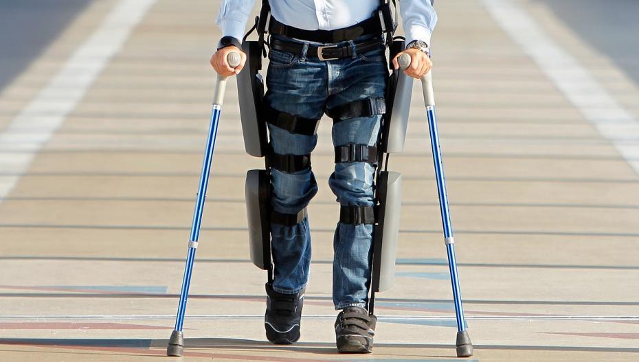 Парализованный человек смог пройти 100 миль с помощью моторизованного экзоскелета