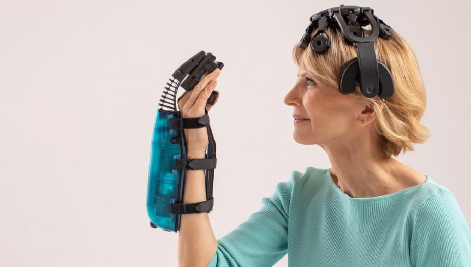 Беспроводная накладка на руку, использующая сигналы мозга для улучшения функций руки после инсульта