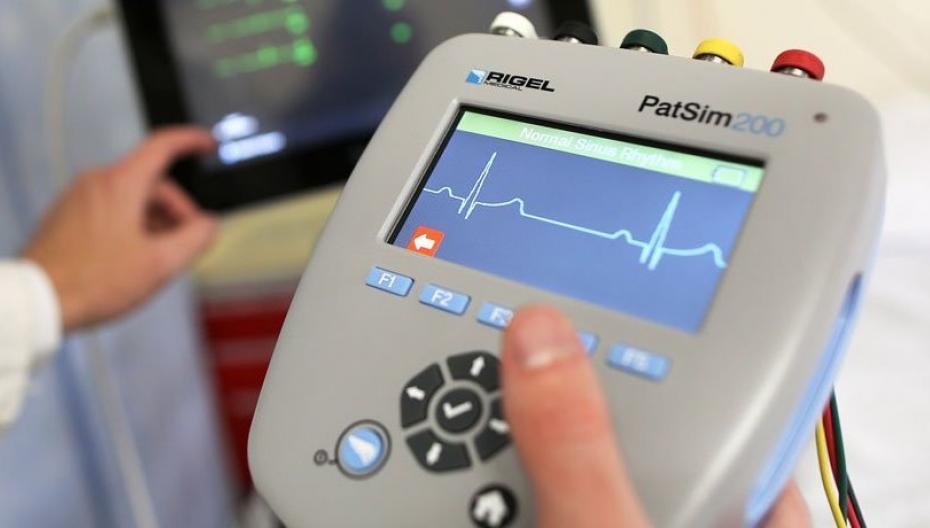 Устройство, которое имитирует показатели здоровья пациента