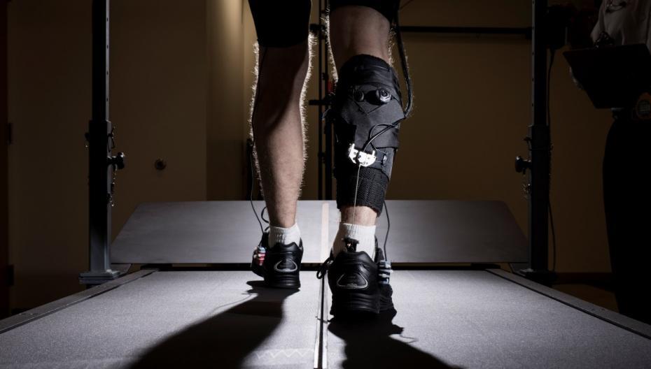 Легкий экзокостюм для реабилитации после инсульта