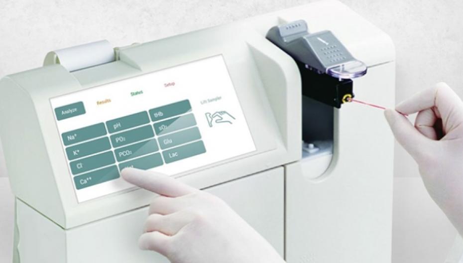 Компактное устройство Medica EasyStat для проведения анализов крови