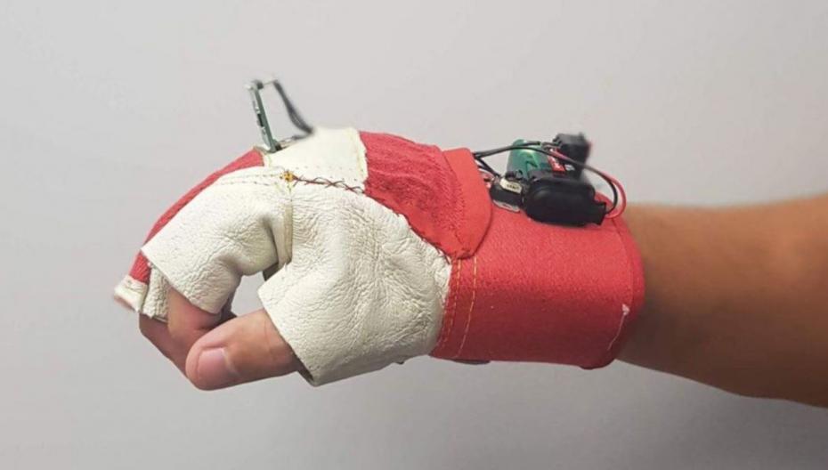 Умная перчатка, помогающая незрячим людям