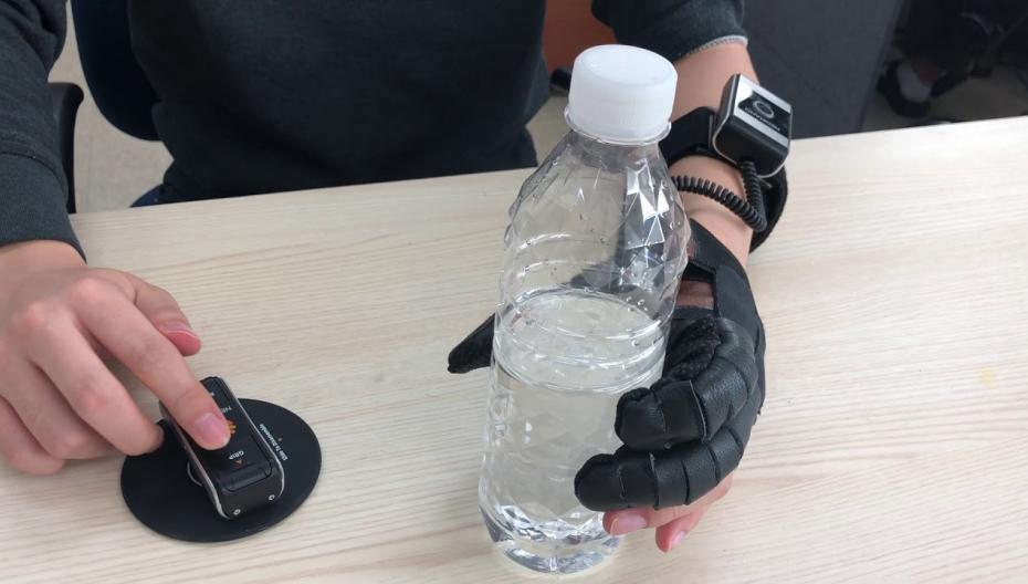 Роботизированная перчатка для парализованных людей