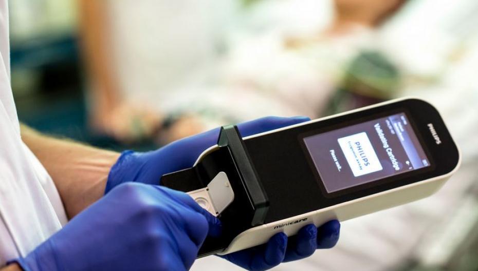 Портативное устройство для анализа крови, позволяющее обнаружить сотрясение мозга