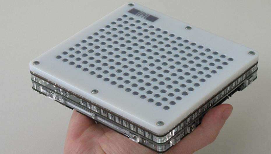 Тактильная сенсорная панель помогает слабовидящим ориентироваться в своем окружении