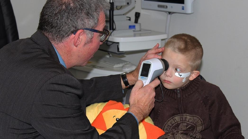 Устройство, определяющее аутизм у ребенка методом сканирования глаз