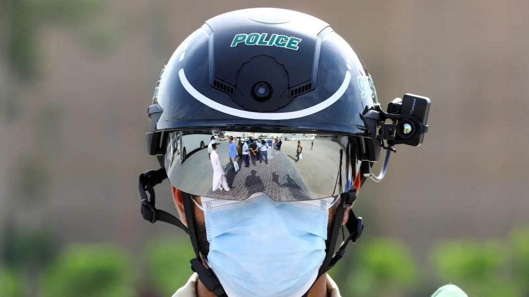 Полицейский шлем с камерой для обнаружения инфицированных людей