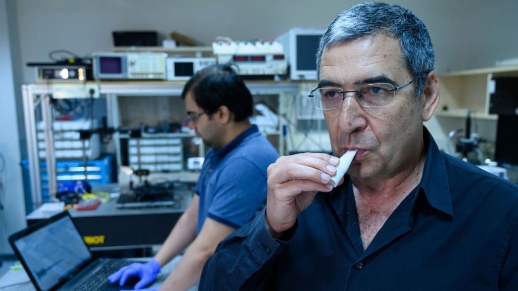 Миниатюрный анализатор дыхания почти мгновенно диагностирует COVID-19