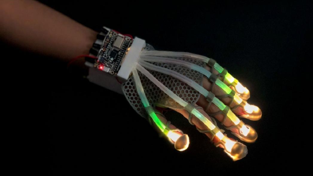 Растягивающиеся волоконно-оптические сенсоры для искусственного осязания