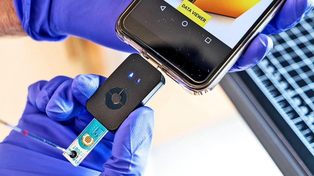 Адаптер для смартфона, который может обнаруживать КОВИД-19