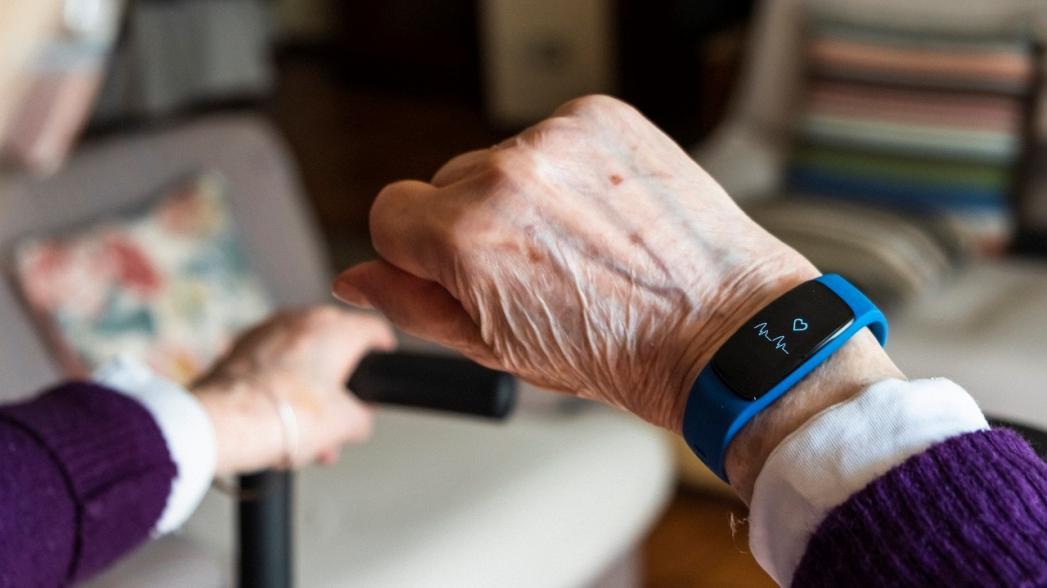 Носимые устройства могут помочь пожилым людям справиться с болезнью сердца и выявить болезнь Альцгеймера на ранней стадии