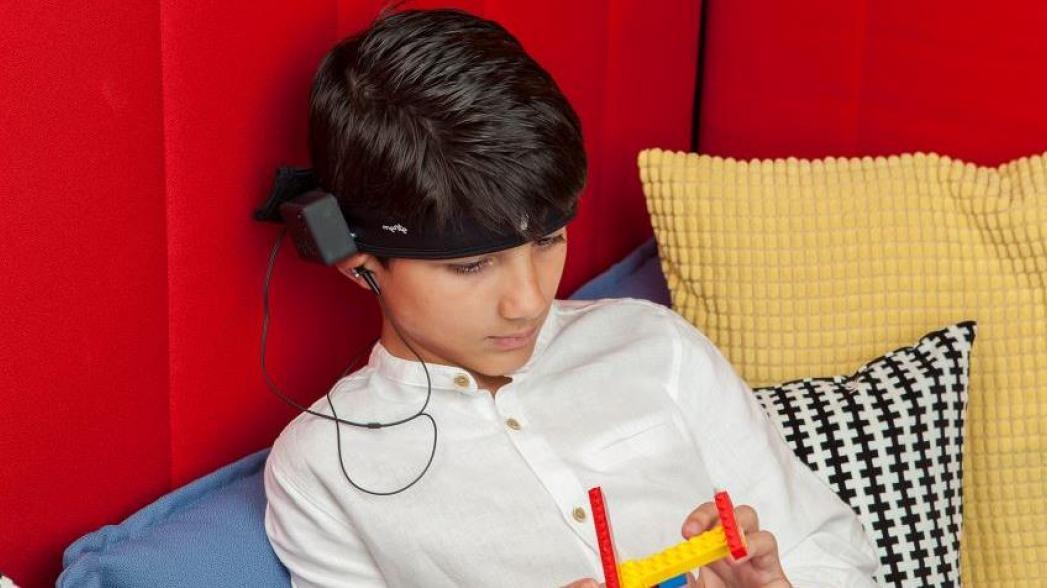 Носимое устройство для аутистов, позволяющее им лучше сосредотачиваться