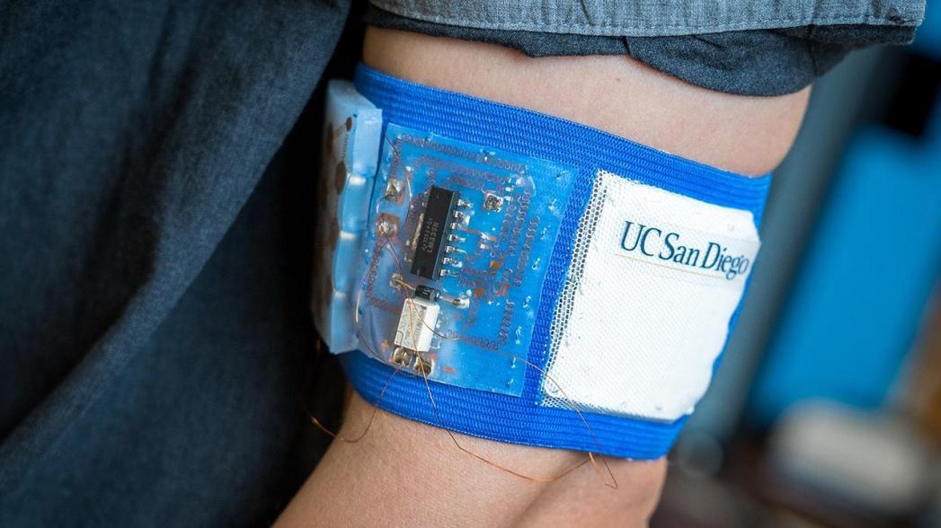 Манжета на руке помогает регулировать температуру тела