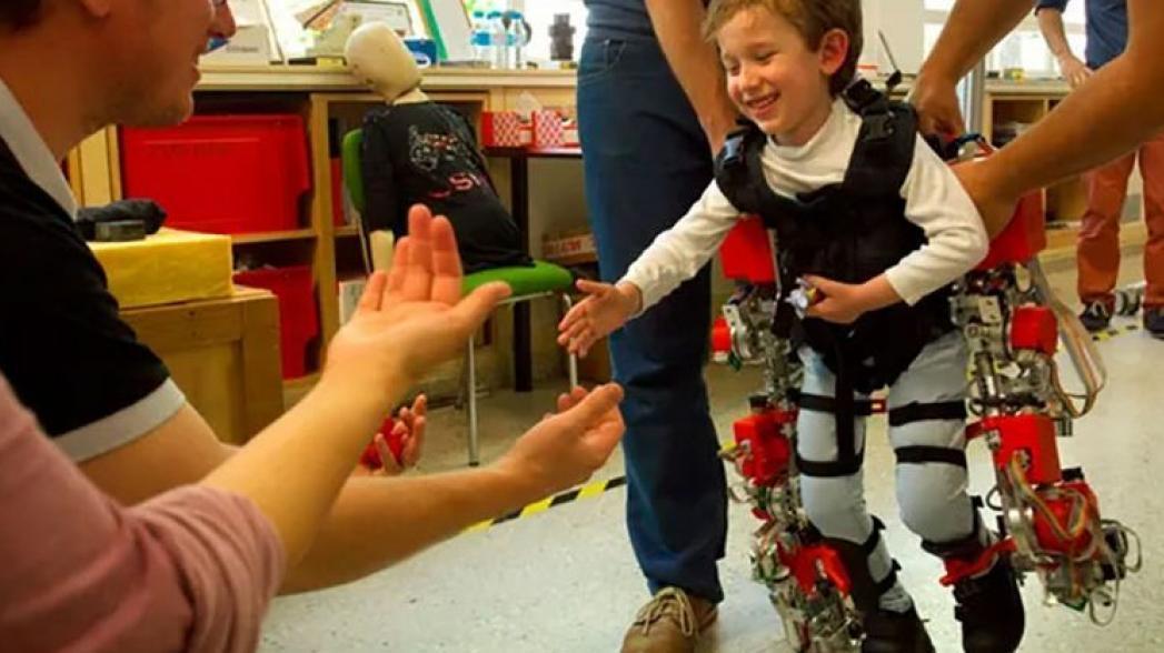 Первый в мире экзоскелет для ребенка, который растет вместе с ним