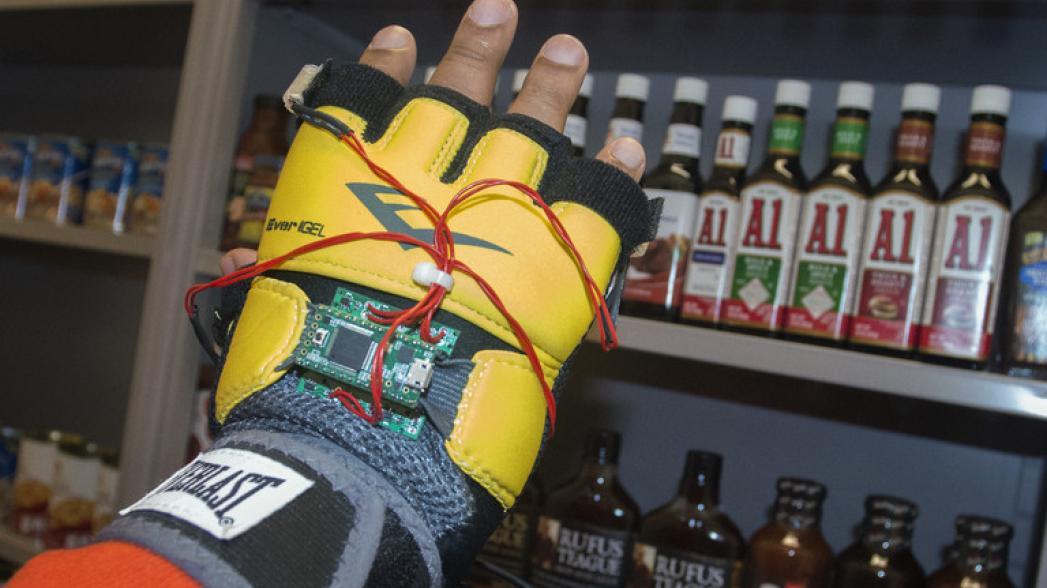 Умная перчатка поможет слепым делать покупки