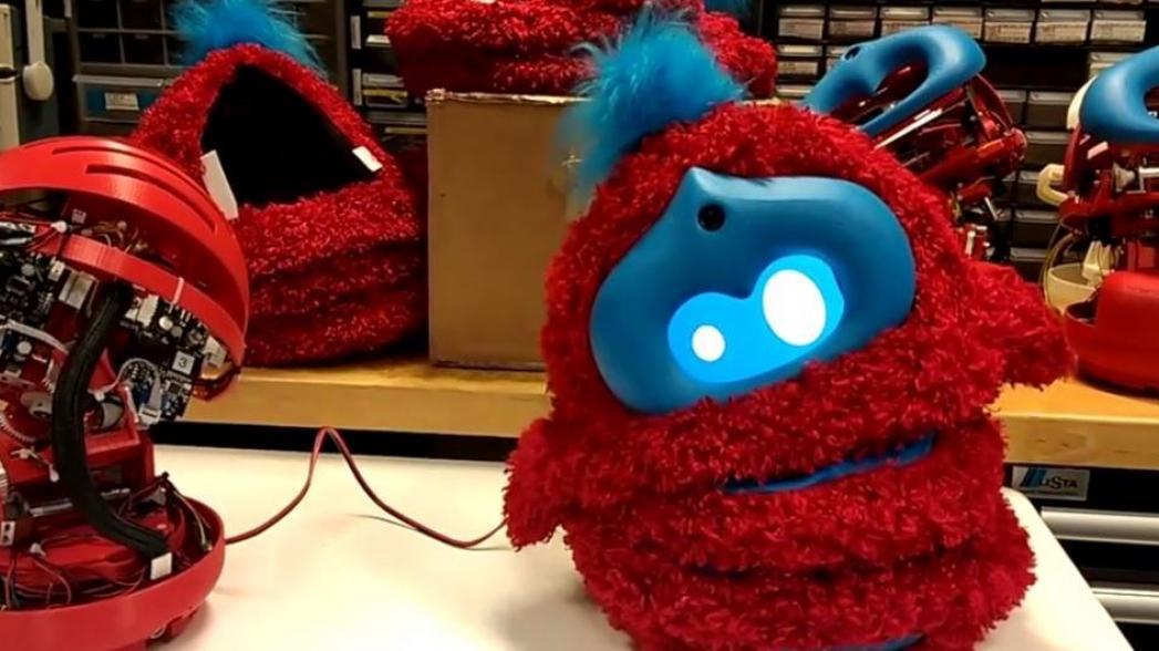 Робот помогает детям в учебе