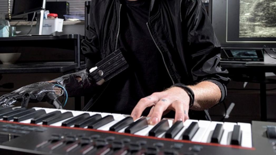 Протез, который позволяет человеку с ампутированной рукой играть на пианино